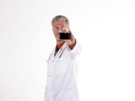Doktor Arzt mit Smartphone beschriften